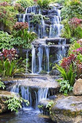 Affisch Artificiell vattenfall och staty i trädgården