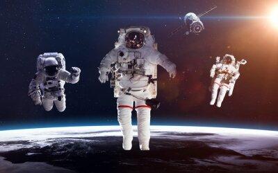 Affisch Astronaut i rymden mot bakgrund av planeten jorden. Delar av denna bild som tillhandahålls av NASA