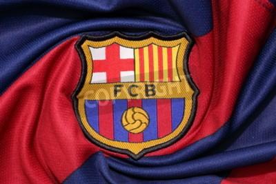 Affisch BANGKOK, THAILAND-augusti 30, 2015: logotypen för Barcelona fotbollsklubben på en officiell jersey den 30 augusti 2015 i Bangkok.