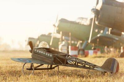 Affisch Barn modell flygplan parkerade med retro flygplan