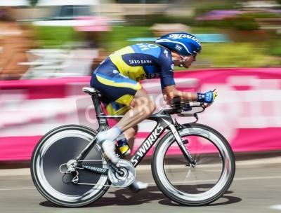 Affisch Beaurouvre, Frankrike den 27 juli 2012: panorering bilden av den belgiska cyklisten Nuyens Nick (Team Saxo-Bank Thinkoff Bank) ridning under 19 Scen- ett tempolopp mellan Bonneval och Chartres- av