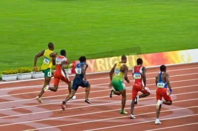 Affisch Beijing, Kina - 18 augusti, 2008: OS-mästaren Usain Bolt spår förpackningen innan en nytt världsrekord