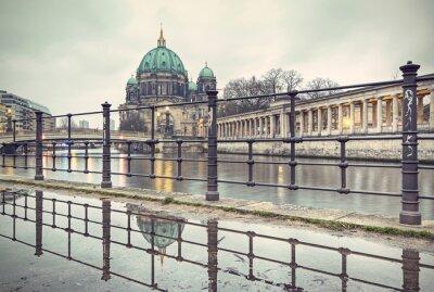 Affisch Berlin Cathedral (Berliner Dom) och Museumsinsel (Museumsinsel) återspeglas i pöl, Berlin, Tyskland, Europa, vintage filtrerad stil