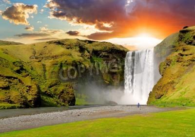 Affisch berömda vattenfall Skogafoss i Island vid solnedgången