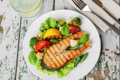 Affisch biff grillad lax med grönsaker på en platta