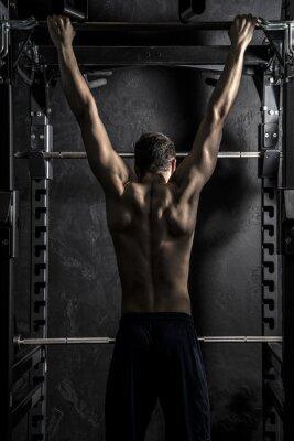 Affisch Bodybuilding, Idrotts- Strong Man visar ryggmusklerna som arbetar på Fitness Bar, stark kontrast med Desaturated Grunge filter