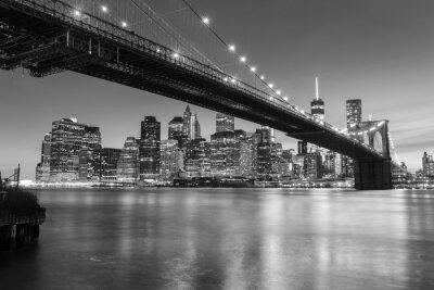 Affisch Brooklyn Bridge i skymningen sedd från Brooklyn Bridge Park i New York City.