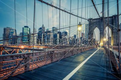 Affisch Brooklyn Bridge över natten, NYC.