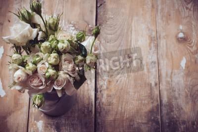 Affisch Bukett rosor i metall potten på trä bakgrund, vintagestil