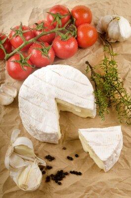 Affisch camembert med vitlök, svartpeppar, tomat och timjan på brun p