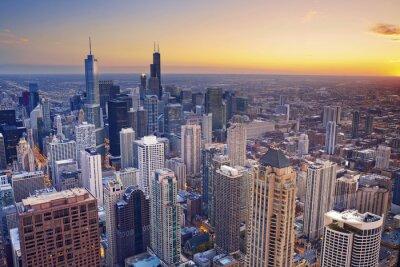 Affisch Chicago. Flygfoto över Chicago centrum vid skymning från högt ovanför.