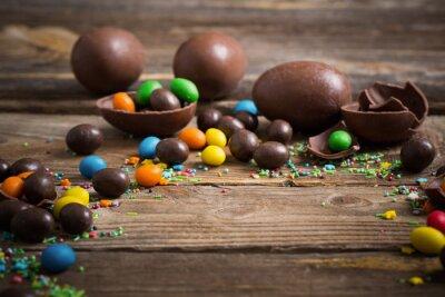 Affisch Choklad påskägg över trä bakgrund
