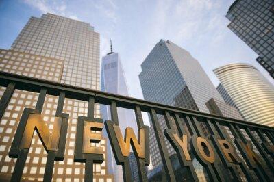 Affisch De moderna skyskrapor i Downtown Manhattan New Yorks skyline torn i blå himmel