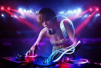 Affisch Discjockey flicka som leker musik med ljusstråle effekter på scen
