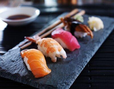 Affisch diverse sushi nigiri på skiffer