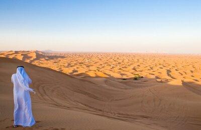 Affisch Dubai, en man i traditionell klänning i Al Dhana desertic område