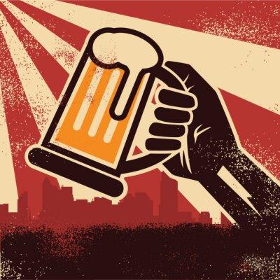 Affisch En hand som håller öl gör en skål affisch