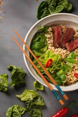 Affisch En skål med kinesiska Ramen nudlar med nötkött, kinakål