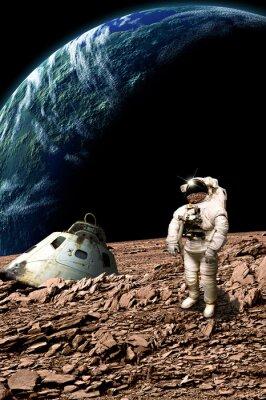 Affisch En strandsatta astronaut granskar hans situation - Delar av bilden som tillhandahålls av NASA.