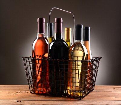 Affisch En Wire Shopping korg fylld med vinflaskor