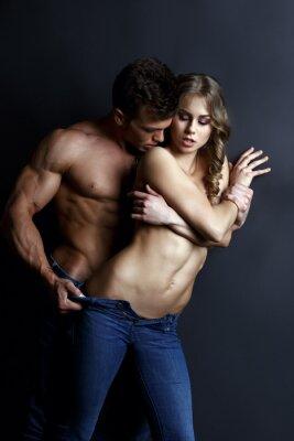 Affisch Erotik. Passionerade muskulär killen remsor sexig flicka