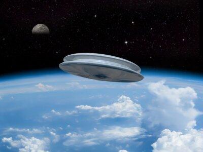 Affisch Ett UFO in i jordens atmosfär med månen syns i fjärran. Utomjordisk invasion! Välkomna våra nya herrar!