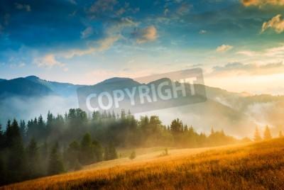 Affisch Fantastiska bergslandskap med dimma och en höstack