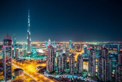 Affisch Fantastiska nattetid Dubais silhuett med upplysta skyskrapor. Rooftop perspektiv centrala Dubai, Förenade Arabemiraten.