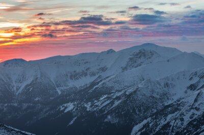 Affisch Färgrik berg solnedgång panorama på vintern i västra Tatras