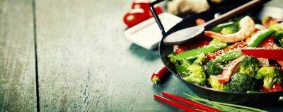 Affisch färgrik stek i en wok