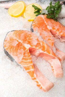 Affisch Färsk lax fisk med citron på marknaden