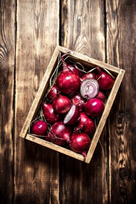 Affisch Färsk rödlök i en gammal låda.