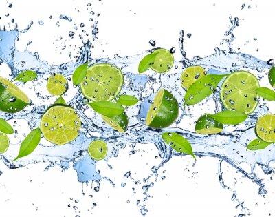 Affisch Färska limefrukter i vattenstänk, isolerad på vit bakgrund