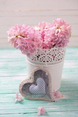 Affisch Färska rosa hyacint blommor i hink och dekorativa hjärta