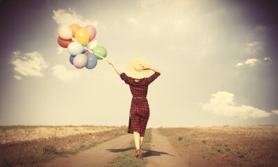 Affisch flicka med mångfärgade ballonger och väska