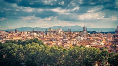 Affisch Flyg- panoramautsikt över Rom, Italien. Stadsbild av gamla Rom på en solig dag. Rom horisont på sommaren. Härligt naturskönt panorama över Rom från ovan. Det vintage pittoreska fotot av Roma-staden.