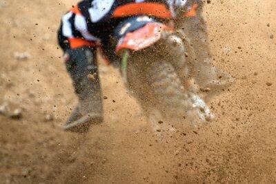 Affisch Flygande skräp från en motocross i grusväg