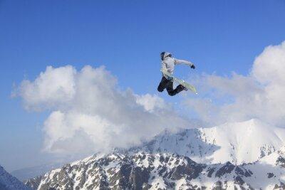 Affisch Flygande snowboardåkare på bergen. Extrem sport.