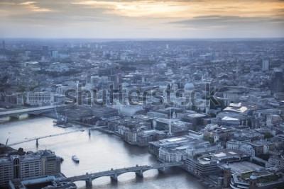 Affisch Flygfoto över staden London i skymningen. Med Themsen, St. Pauls katedral och finansdistrikt i förgrunden.
