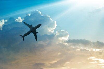 Affisch Flygplan på himlen och moln på soluppgången