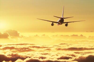 Affisch Flygplan på himlen vid solnedgången
