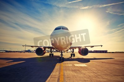 Affisch Flygplanet taxning att ta av vid soluppgången