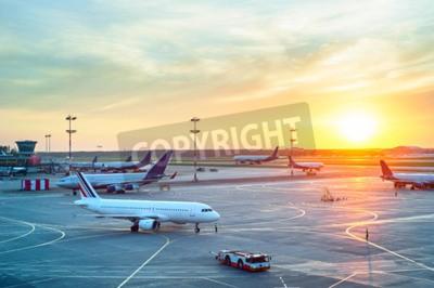 Affisch Flygplats med många flygplan under vacker solnedgång