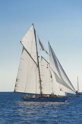 Affisch Forntida segelbåt under en regatta på Panerai Classic Yac