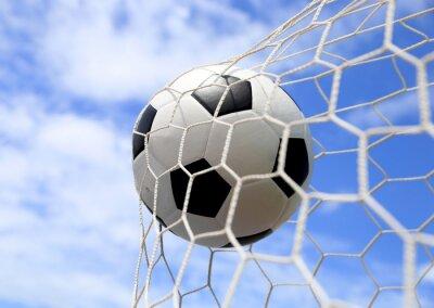 Affisch fotboll i nät på blå himmel
