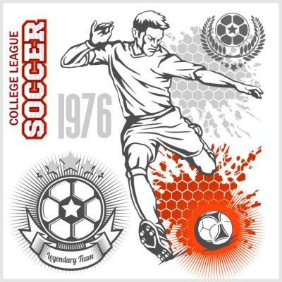 Affisch Fotbollsspelare sparkar boll och fotboll emblem.