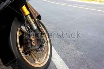 Affisch Framhjulsklämman och abs-skivbromsen på motorcykeln hålls på väg