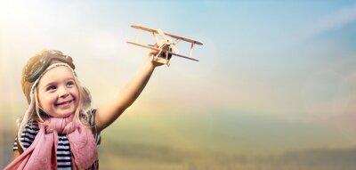 Affisch Frihet to Dream - Joyful barn leker med flygplan mot himlen