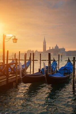 Affisch Gondoler från Markus torg under soluppgången med San Giorgio di Maggiore-kyrkan i bakgrunden i Venedig Italien