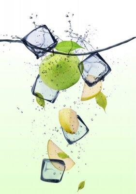 Affisch Grön äppleklyftor med isbitar